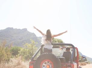 Woman standing in sport utility vehicleの写真素材 [FYI02153553]