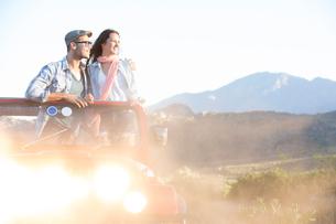 Couple standing in sport utility vehicleの写真素材 [FYI02153557]