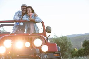 Couple hugging in sport utility vehicleの写真素材 [FYI02153581]