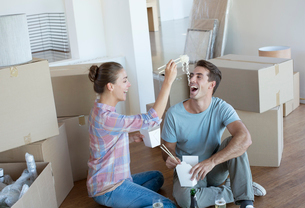 Couple eating Chinese take out food in new houseの写真素材 [FYI02153582]