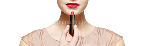Close up of woman applying red lipstickの写真素材 [FYI02153636]