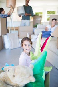 Girl playing with stuffed animals in new houseの写真素材 [FYI02153654]