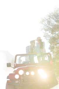 Couple standing in sport utility vehicleの写真素材 [FYI02153668]