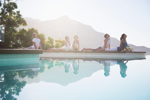 People practicing yoga at poolsideの写真素材 [FYI02153682]
