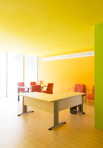 Desks and chairs in bright officeの写真素材 [FYI02153949]