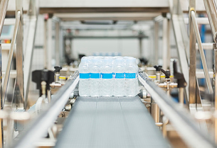 Water bottles on conveyor belt in factoryの写真素材 [FYI02154076]