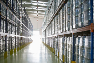 Pallets of water bottles on warehouse shelvesの写真素材 [FYI02154091]