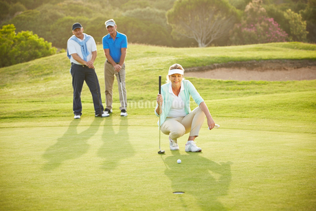 Senior friends playing golf on courseの写真素材 [FYI02154142]