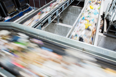 Blurred view of conveyor belts in recycling centerの写真素材 [FYI02154149]