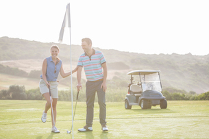 Couple playing golf on courseの写真素材 [FYI02154260]