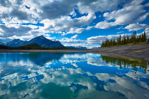Clouds reflected in still lakeの写真素材 [FYI02154276]