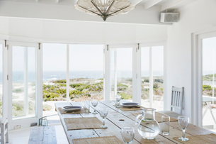 Dining room overlooking oceanの写真素材 [FYI02154457]