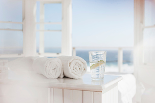 Glass of water and towels on tableの写真素材 [FYI02154547]