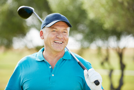 Senior man holding golf clubの写真素材 [FYI02154563]