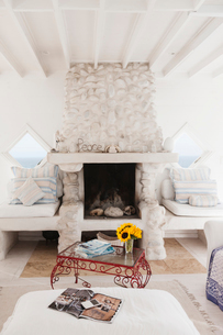 Coffee table and fireplace in white living roomの写真素材 [FYI02154585]