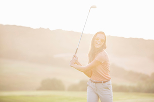 Woman playing golf on courseの写真素材 [FYI02154586]