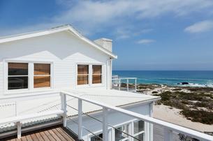 Beach house overlooking oceanの写真素材 [FYI02154592]