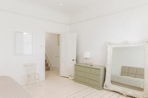 Mirror and dresser in bedroomの写真素材 [FYI02154637]