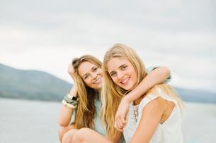 Portrait of smiling women outdoorsの写真素材 [FYI02154639]