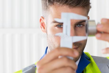 Worker using calipers in factoryの写真素材 [FYI02154691]