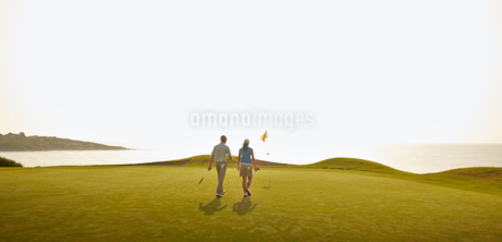 Couple playing golf on courseの写真素材 [FYI02154700]
