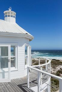 Beach house overlooking oceanの写真素材 [FYI02154758]