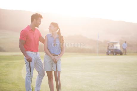 Couple on golf courseの写真素材 [FYI02154763]