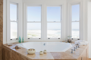 hot tub tub in bathroom overlooking oceanの写真素材 [FYI02154811]