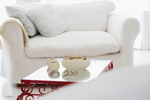 Candles on coffee table in living roomの写真素材 [FYI02154868]