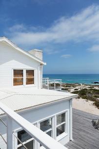 Beach house overlooking oceanの写真素材 [FYI02154869]