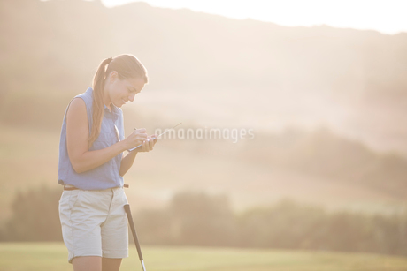 Woman with scorecard on golf courseの写真素材 [FYI02154934]