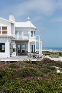 Beach house overlooking oceanの写真素材 [FYI02154995]