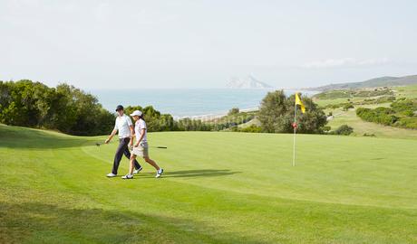 Couple walking on golf courseの写真素材 [FYI02155003]