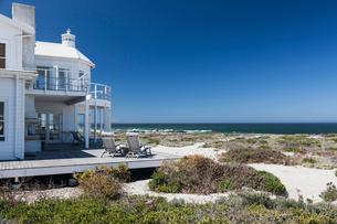 Beach house overlooking oceanの写真素材 [FYI02155049]