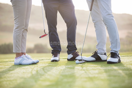 Friends standing on golf courseの写真素材 [FYI02155139]