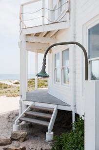 Shower in backyard of beach houseの写真素材 [FYI02155175]