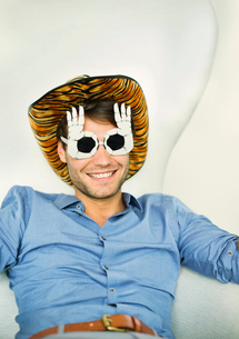 Smiling man wearing silly glassesの写真素材 [FYI02155253]