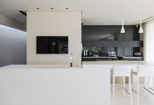 Sink and breakfast bar in modern kitchenの写真素材 [FYI02155275]