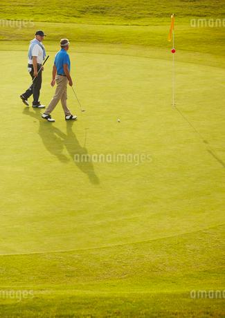 Senior men walking on golf courseの写真素材 [FYI02155298]