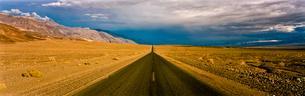 Rural road in desert landscapeの写真素材 [FYI02155346]