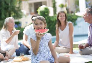 Girl eating watermelon at picnicの写真素材 [FYI02155408]