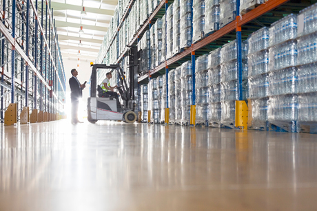 Workers with forklift in bottling warehouseの写真素材 [FYI02155452]
