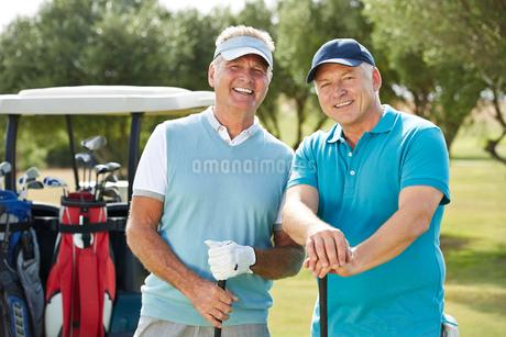 Senior men on golf courseの写真素材 [FYI02155506]