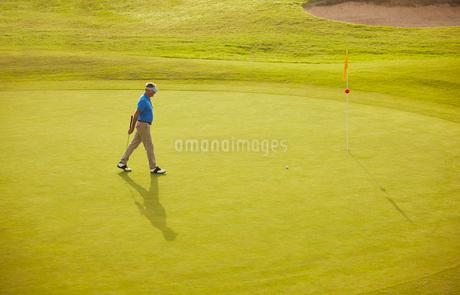 Man walking on golf courseの写真素材 [FYI02155523]