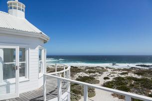 Beach house overlooking oceanの写真素材 [FYI02155525]