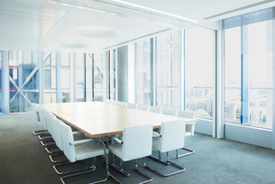 Empty meeting table in officeの写真素材 [FYI02155554]