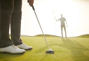 Man putting on golf courseの写真素材 [FYI02155656]