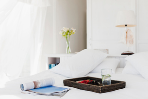 Breakfast tray and magazine on bedの写真素材 [FYI02155762]