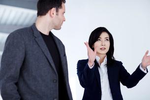 Business people talking in officeの写真素材 [FYI02155784]