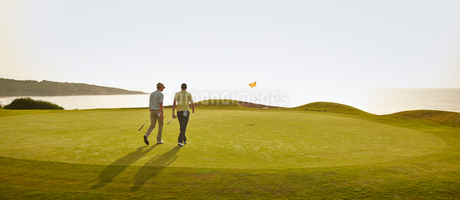 Men walking on golf courseの写真素材 [FYI02155811]